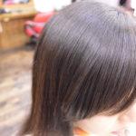 縮毛矯正で前髪を流すバングスタイルを作るには…